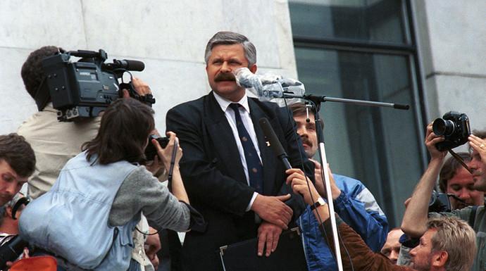 Выступление вице-президента Александр Руцого на митинге москвичей в поддержку демократии, 20 августа 1991 года. Фото: ТАСС