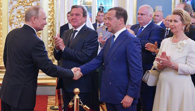 Президент России Владимир Путин, премьер-министр Дмитрий Медведев с супругой Светланой и экс-канцлер Германии Герхард Шредер во время церемонии инаугурации в Кремле, 7 мая 2018 года