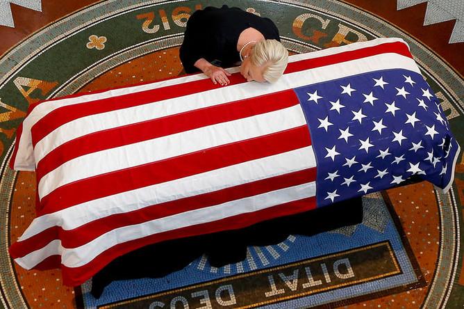 Вдова сенатора Джона Маккейна Синди во время прощания в Капитолии штата Аризона в Финиксе, 29 августа 2018 года