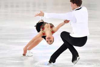 Александра Бойкова и Дмитрий Козловский выступают в короткой программе парного катания на чемпионате России по фигурному катанию в Саранске
