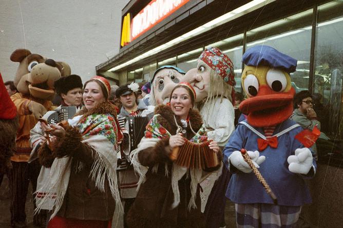 Во время церемонии открытия первого в Советском Союзе ресторана «Макдоналдс» на Пушкинской площади в Москве, 31 января 1990 года