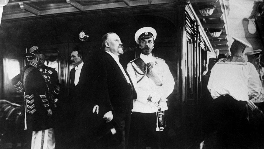 Официальный визит президента Франции Пуанкаре в Россию. Император России Николай II (второй справа), президент Французской республики Раймон Пуанкаре (третий справа) и сопровождающие их лица на борту императорской яхты «Александрия». Июль 1914 года.