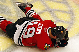 На льду — игрок «Чикаго» Джонатан Тэйвс