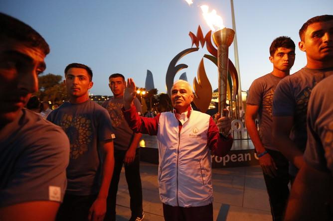 Участник эстафеты огня первых Европейских игр — 2015, которые пройдут с 12 по 28 июня