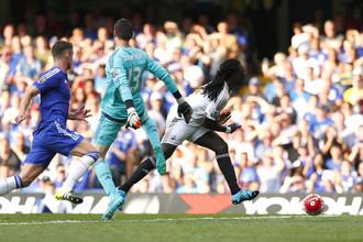 Тибо Куртуа сносит Бафетимби Гомиса в ключевом эпизоде матча «Челси» — «Суонси»