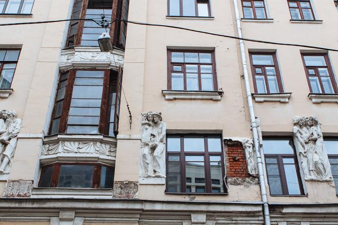 Состояние доходного дома Германа Бройдо («Дома с писателями») в Плотниковом переулке, 25 июля 2017 года
