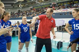 Главный тренер женской сборной России по волейболу Константин Ушаков пытался объяснить своим подопечным, как спасти игру с Турцией