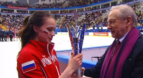 Алина Загитова получает Кубок Первого канала из рук президента Федерации фигурного катания России Александра Горшкова