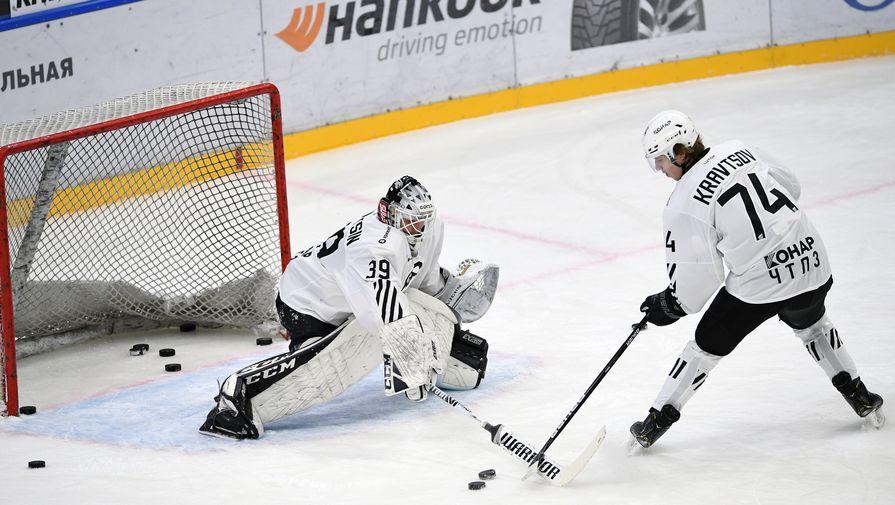 Вратарь и нападающий «Трактора» Александр Судницин и Виталий Кравцов на разминке перед матчем регулярного чемпионата Континентальной хоккейной лиги (КХЛ).