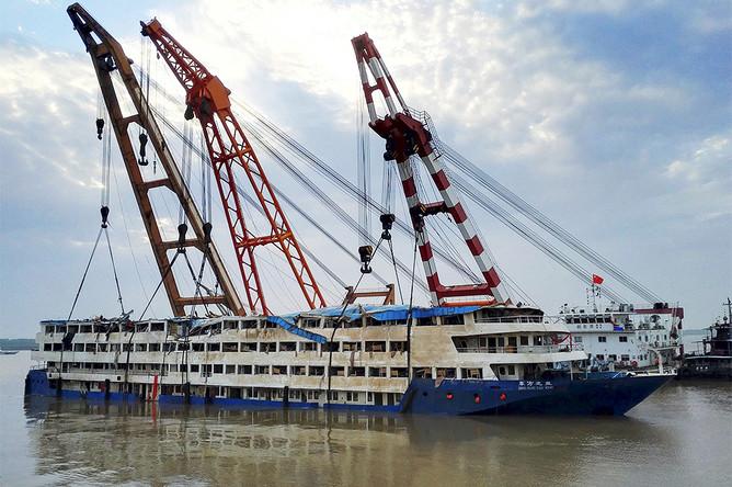 Спасательные работы на месте кораблекрушения на реке Янцзы