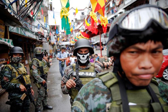 Вооруженные силы безопасности принимают участие в рейде по борьбе с наркотиками в Маниле, 7 октября 2016 г.