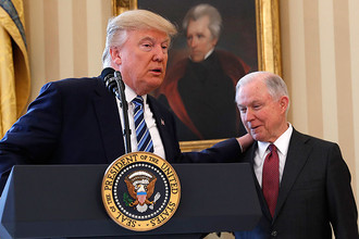 Президент США Дональд Трамп и генпрокурор Джефф Сешнс в Овальном кабинете Белого дома в Вашингтоне, 9 февраля 2017 года