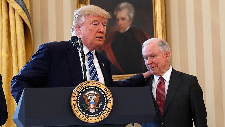 Президент США Дональд Трамп и генпрокурор Джефф Сешнс в Овальном кабинете Белого дома в Вашингтоне...