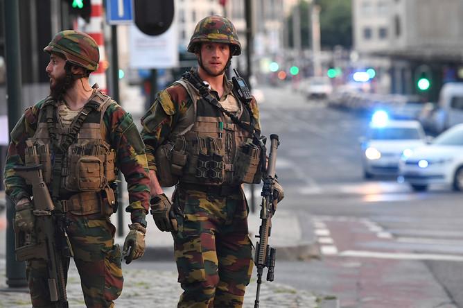 Военнослужащие около центрального вокзала Брюсселя, 20 июня 2017 года