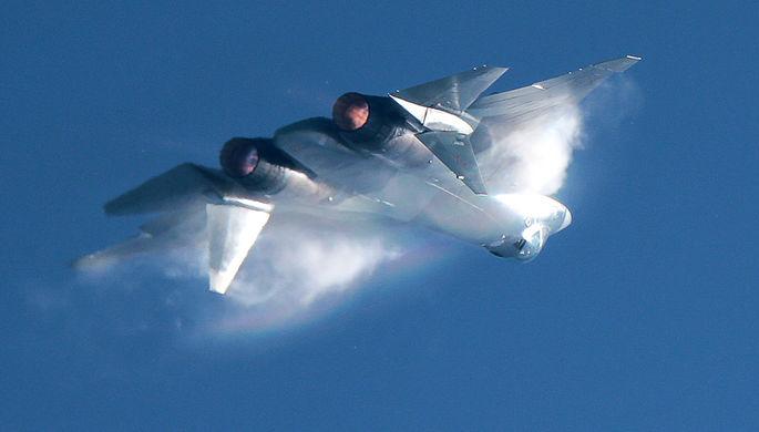 Российский истребитель пятого поколения Су-57 во время воздушного парада на авиационном фестивале...