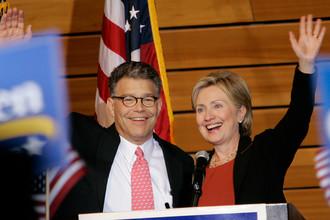 Кандидат в сенаторы Эл Франкен и сенатор Хиллари Клинтон во время мероприятия в Миннеаполисе, 2008 год