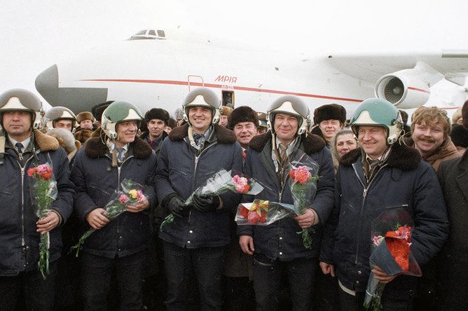 Авиаторы принимают поздравления и цветы после успешного завершения первого испытательного полета транспортного самолета АН-225 «Мрия», 21 декабря 1988 года