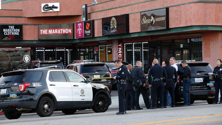Сотрудники полиции работают на месте убийства рэпера Nipsey Hussle