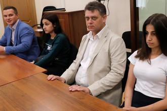 Сестры Хачатурян Ангелина (справа) и Мария (вторая слева)