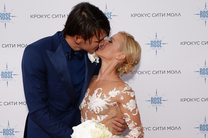 Двукратные олимпийские чемпионы в фигурном катании Максим Траньков и Татьяна Волосожар перед торжественной частью церемонии бракосочетания у ресторана Rose Bar Crocus City в Москве.