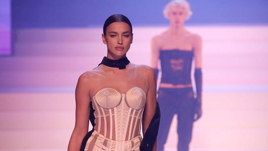 Модель Ирина Шейк во время последнего модного шоу Жана-Поля Готье в парижском театре Шатле, 2020 год