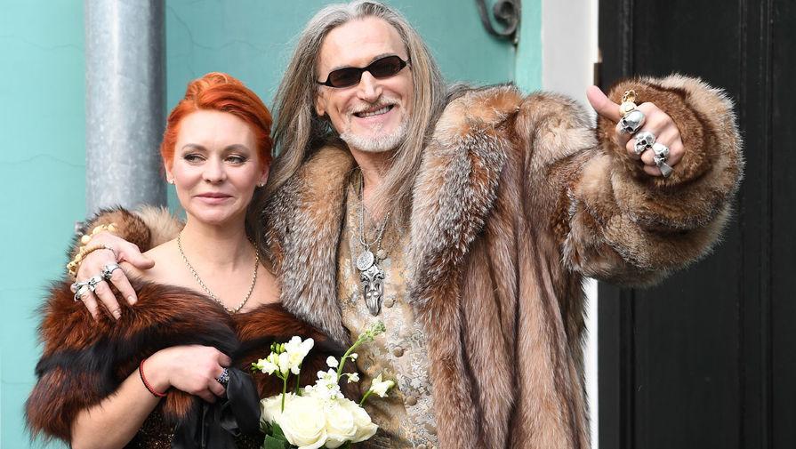 Актер Никита Джигурда и фигуристка Марина Анисина после церемонии бракосочетания в Грибоедовском ЗАГСе в Москве, 2021 год
