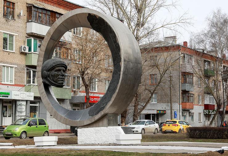 Памятник космонавту Юрию Гагарину скульптора Каджая, открытый в 1978 году во время празднования 800-летия города, на улице Гагарина в Коломне