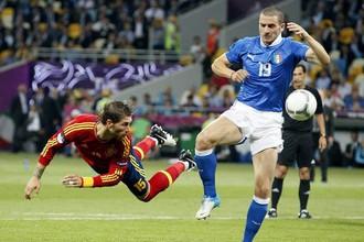 В преддверии очного противостояния Леонардо Бонуччи (справа) назвал Серхио Рамоса (слева) лучшим защитником мира