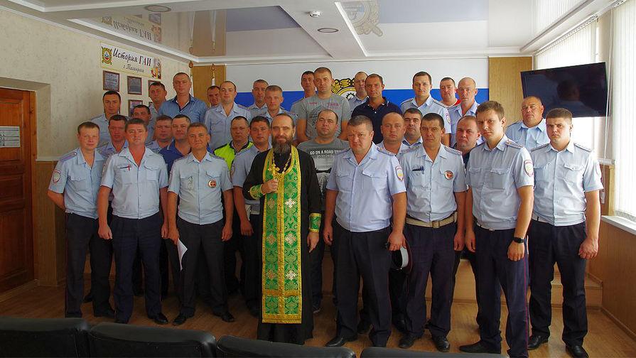 Священник Константин Галацан в таганрогском отделе ГИБДД, сентябрь 2016 года