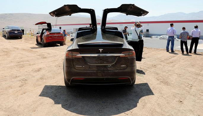 Электрические кроссоверы Tesla Model X около завода по производству аккумуляторов для электромобилей (Tesla Gigafactory) в Неваде, 2016 год