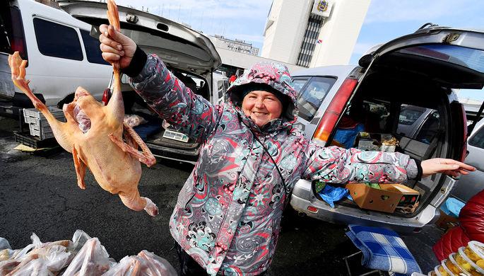 Продавец на продовольственной ярмарке на центральной площади Владивостока