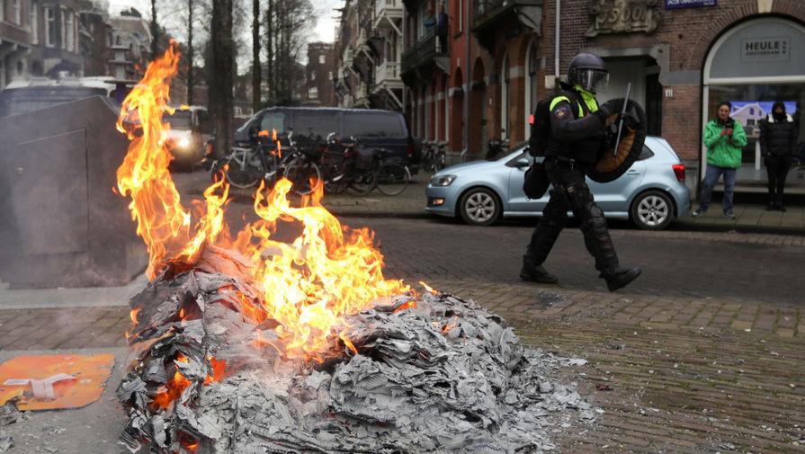 Полиция применила силу на протестах против мер по COVID-19 в Нидерландах