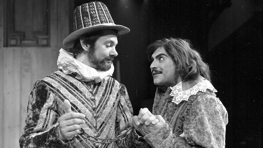 Актерскую карьеру Суше начинал на театральной сцене. На фото: в роли наместника Анджело (справа) в спектакле «Мера за меру» на Эдинбургском фестивале в 1976 году