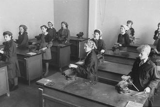 Уроки труда в старших классах совхозной школы, 1961 год. Снимок сделан для американского журнала Life