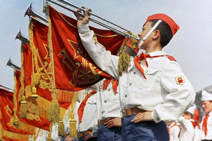 Участники парада наКрасной площади вМоскве, посвященного празднованию 50-летия Советской власти и 45-летия Всесоюзной пионерской организации имени В.И. Ленина, 1967год