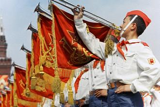 Участники парада на Красной площади в Москве, посвященного празднованию 50-летия Советской власти и 45-летия Всесоюзной пионерской организации имени В.И. Ленина, 1967 год