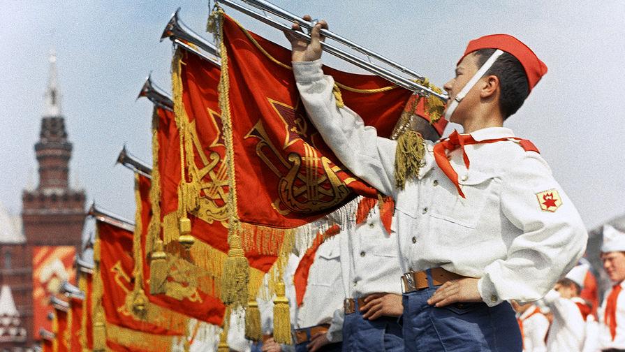 Участники парада на Красной площади в Москве, посвященного празднованию 50-летия Советской власти и...