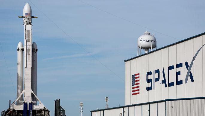 Ракета-носитель Falcon Heavy компании Илона Маска SpaceX перед запуском с мыса Канаверал во Флориде...