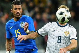 Паулиньо (Бразилия) и Денис Глушаков (Россия) в товарищеском матче по футболу между сборными России и Бразилии, 23 марта 2018 года