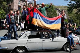 Во время шествия сторонников оппозиции в Ереване, 25 апреля 2018 года