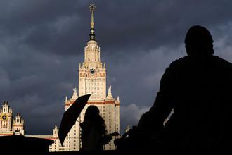Главное здание Московского государственного университета им. М.В. Ломоносова и памятник М.В. Ломоносову в Москве