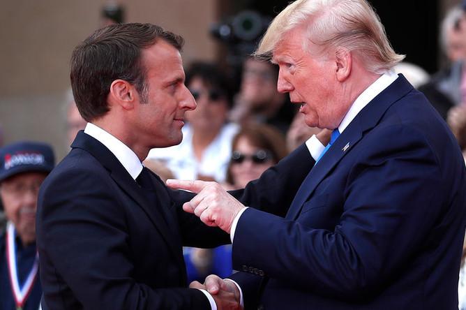 Президент Франции Эмманюэль Макрон и президент США Дональд Трамп во время церемонии в честь 75-летия высадки в Нормандии в коммуне Кольвиль-Сюр-Мер, 6 июня 2019 года