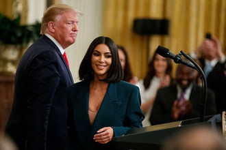 Ким Кардашьян и президент США Дональд Трамп во время мероприятия в Белом доме, 13 июня 2019 года
