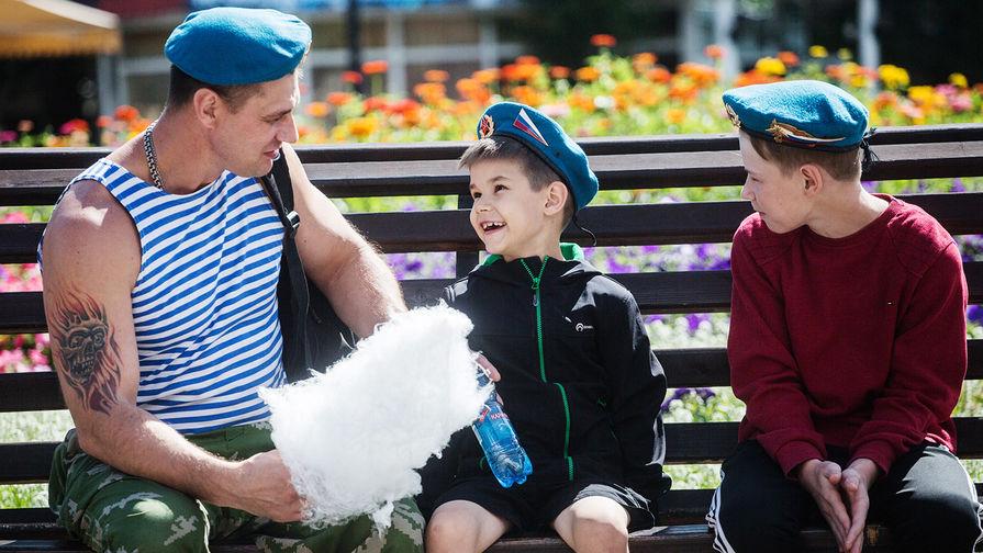 Большинство россиян верят, что отцы могут воспитывать детей не хуже матери