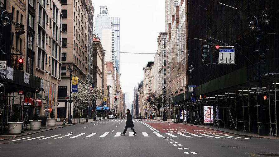 Мужчина пересекает 5-ю авеню в центре Манхэттена, Нью-Йорк, США, 25 марта 2020 года