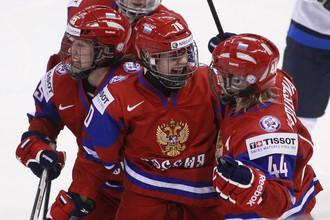 Анна Шибанова празднует гол в ворота сборной Финляндии