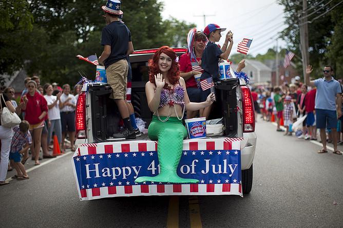 Девушка в костюме русалки во время ежегодного парада в честь Дня независимости страны в деревне Барнстейбл