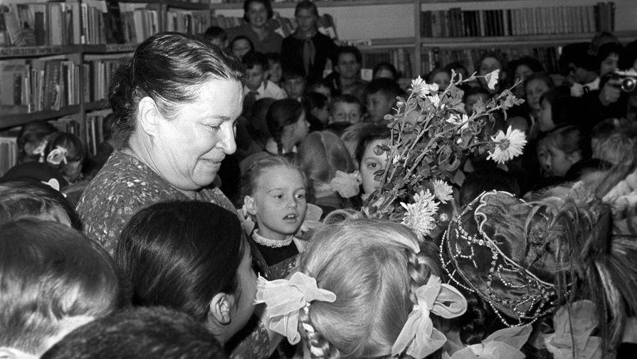 Детская поэтесса Агния Барто среди юных читателей в Алма-Ате, 1964 год