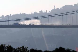 Полиция оттесняет антиправительственные силы на мосту Босфор в Стамбуле