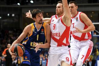 Баскетболист «Химок» Алексей Швед (в синей форме)
